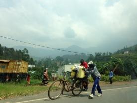 På enväxlade cyklar transporterar rwandierna tunga lass med varor.